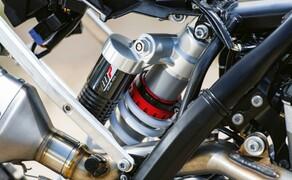 KTM EXC Enduro Palette 2017 - Test Bild 18 Das Federbein an den EXCs wurde schlanker (46 mm anstelle von 50 mm) und damit leichter und kompakter. Damit gewinnt man Platz frü die Auspuffanlage.