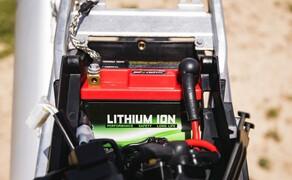 KTM EXC Enduro Palette 2017 - Test Bild 16 Standard in allen Bikes: Eine leichte LiIon Batterie.