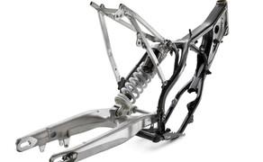 KTM EXC Enduro Palette 2017 - Test Bild 17 Der neue Rahmen basiert zwar auf dem leichteren MX Rahmen aus 2016, die Geometrie wurde jedoch von den Enduros 2016 übernommen. Die EXCs bleiben also auch 2017 echte Enduromodelle und sind keine Crosser mit Lichtmaske.