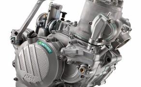 KTM EXC Enduro Palette 2017 - Test Bild 10 Besonders erfreulich. Der große 250/300 2-Takt Motorblock wurde komplett neu entwickelt. Der E-Starter ist nun in den Block integriert. Das gesamte Aggregat wurde kompakter und leichter. Deutlich!