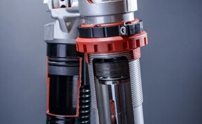 """KTM EXC Enduro Palette 2017 - Test Bild 19 Auch der Aufbau des Federbeins ist neu. Die progressive Dämpfung wird nicht mehr mittels """"Nadel"""" erzeugt sondert mittels zusätzlichem Rohr in welches der Dämpferkolben eintaucht."""
