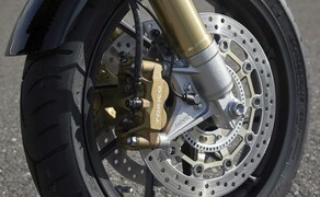 Honda CB1100RS 2017 Bild 11 Radial montierte Vierkolben-Bremszangen vorne, Aluminiumgussfelgen, Sportbike-taugliche Bereifung und sportlicher abgestimmte Showa-Federbeine im Heck lassen eine ordentliche Fahrdynamik erwarten.