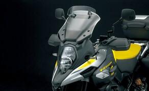 Suzuki V-Strom 1000 ABS 2017 Bild 11 Für noch besseren Windschutz wurde das Windschild hinsichtlich besserer Aerodynamik überarbeitet und um 49 mm höher gebaut. In der Höhe lässt es sich 15 oder 30 mm und im Neigungswinkel um 7,5° bis 15° verstellen.