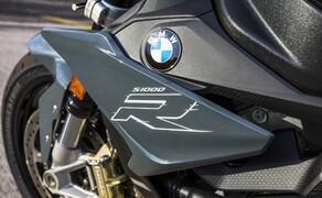 BMW S 1000 R 2017 Bild 8 Ein weiteres Element dieser Sonderausstattung ist das schräglagenabhängige ABS Pro. Damit wird das Risiko des Wegrutschens beim Bremsen in Kurven weiter minimiert.