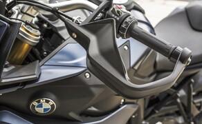 BMW S 1000 XR 2017 Bild 6 Handguards an der S 1000 XR sehen nicht nur cool aus, sie schützen auch vor Wind und Wetter. In Verbindung mit Heizgriffen wird die S 1000 XR so zum Ganzjahresmotorrad.