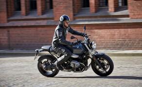 BMW R nineT Pure 2017 Bild 1 In einem dreiteiligen Rahmen, der den schnellen Wechsel der Heckeinheit mit Sitzbank erlaubt, steckt der luft/öl-gekühlte 1170 Kubik große Boxer, der maximal 110 PS leistet und nun EURO4-konforme Arbeit leistet.