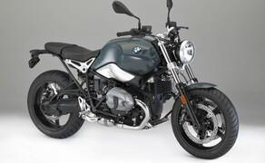 BMW R nineT Pure 2017 Bild 6 Die Leichtmetall-Gussräder in den Größen 3,5 x 17 Zoll vorne und 5,5 x 17 Zoll hinten sind mit Reifen in den Dimensionen 120/70 ZR 17 beziehungsweise 180/55 ZR 17 bestückt. Für einen noch klassischeren Look können Drahtspeichenfelgen geordert werden.