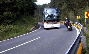 Straßentraining Oktober 2016 Bild 3 Der Moment, von dem Varahannes immer warnt: Ein Bus kommt ihm in einer unübersichtlichen Kurve entgegen. Selbstverständlich wählt er die richtige Linie.