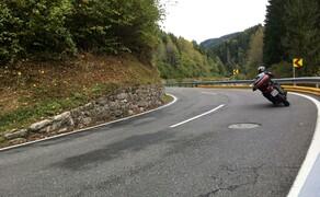 Straßentraining Oktober 2016 Bild 6 Solange er das Ende der Kurve noch nicht sieht, bleibt er außen.