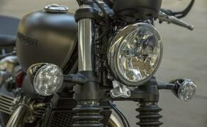 Triumph Bonneville Bobber 2017 Bild 5 Als echtes Custom-Werksmodell bietet die Bobber eine ganze Reihe an Premium-Details wie die 1200HT-Motorembleme und das unverkennbare Triumph-Markenzeichen, gebürstete Motordeckel, den abschließbaren Tankdeckel mit Logo und Lenkerböcke in seidenmattem Silber und Graphit.