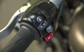 Triumph Bonneville Bobber 2017 Bild 7 Die Verwendung des E-Gas-System ermöglicht zwei Fahrmodi: STRASSE und REGEN. Diese lassen sich über das neue Schaltergehäuse auswählen und aktivieren zwei spezielle Drosselklappenkennfelder für maximale Kontrolle und Sicherheit unter verschiedenen Fahrbedingungen.