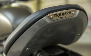 Triumph Bonneville Bobber 2017 Bild 3 Das geschlitzte Sitzsystem ermöglicht eine Anpassung des Sitzes nach oben und vorn für eine Roadster-Position sowie nach unten und hinten für eine entspannte traditionellere Sitzposition.