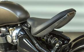 Triumph Bonneville Bobber 2017 Bild 2 Die Bobber bietet die erste einstellbare Sitzposition ihrer Klasse auf einem neuen, kunstvoll gearbeiteten frei schwebenden Aluminiumsitz, der für noch mehr Komfort ergonomisch geformt wurde und mit einem gesteppten Sitzpolster versehen ist.