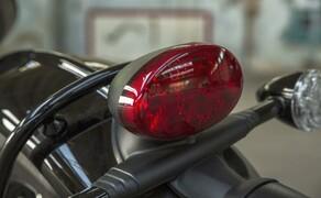 Triumph Bonneville Bobber 2017 Bild 9 Integriert in das klassische Design liefert sie ein charakteristisches Lichtmuster mit verbesserter Leistungseffizienz und hervorragender Sichtbarkeit.