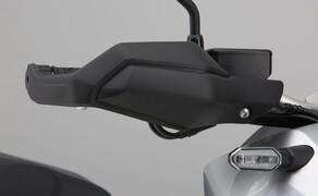 Honda X-ADV  2017 Bild 4 Die robusten Handguards aus Kunststoff wurden von der CRF1000L Africa Twin übernommen und halten Wind und Regen von den Händen fern. Gleichzeitig schützen sie die Hebel und Hände vor Stößen im Gelände.