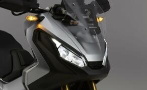 Honda X-ADV  2017 Bild 5 Die sportliche Front und das Design im Ganzen erinnern an die Africa Twin. Damit will Honda den Abenteuercharakter der Enduros in das Konzept des Motorrad/Roller-Zwitters übertragen.