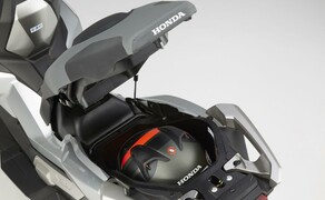 Honda X-ADV  2017 Bild 7 Der 21 Liter große Stauraum unter dem Sitz eignet sich für einen Integralhelm und wird von einer integrierten LED beleuchtet.