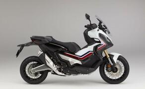 Honda X-ADV  2017 Bild 12 Die Farbstreifen zeichnen sie kantige Linien des X-ADV nach und verstärken diese. Für Laien ist es sicher schwer auszumachen, ob der X-ADV ein Roller oder ein Motorrad ist. Für uns ist er jedenfalls beides.