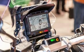 Honda X-ADV  2017 Bild 3 Das Cockpit ist übersichtlich um den großen mittigen Tachometer und einen runden Drehzahlmesser aufgebaut und zeigt alles an, was der Fahrer wissen muss. Die wichtigsten Informationen sind ganz oben im Sichtfeld des Fahrers abzulesen, alle anderen Anzeigen gruppieren sich in logischer Reihenfolge zu beiden Seiten.