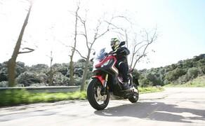 Honda X-ADV  2017 Bild 14 Im sportlichen S-Modus, in dem es 3 Stufen gibt, sind 100 km/h schnell erreicht und auch bis 150 dauert es nicht lange. Man merkt manchmal erst sehr spät, wie schnell man schon wieder unterwegs ist. Im Sattel hat man ein sehr sicheres, entspanntes Gefühl.