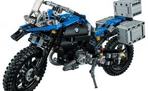 LEGO Technic BMW R 1200 GS Bild 5 Die charakteristische Linienführung, die so genannte Flyline, ein beweglicher Lenker und sogar ein verstellbares Windschild sind dem Original ebenso nachempfunden wie zahlreiche technische Details.