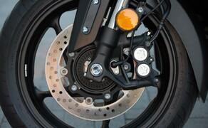 Yamaha TMAX 2017 Test Bild 9 Die Bremsanlage macht einen ausgezeichneten Job. Auch das ABS funktionierte bei Test hervorragend. Absolut würdig für die Nummer 1.