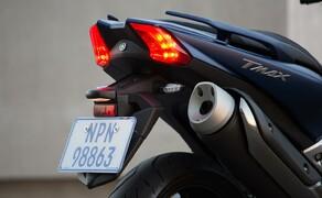 Yamaha TMAX 2017 Test Bild 11 Der hochgezogene Auspuff soll Dich aber auch aufmüpfige Autofahrer an der Ampel immer daran erinnern: In diesem Scooter steckt sehr viel Motorrad drinnen.