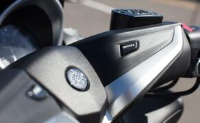 """Yamaha TMAX 2017 Test Bild 13 Durch langes Drücken der """"Lock"""" Taste kann der Hauptständer versperrt werden."""