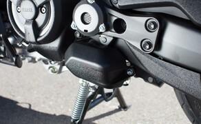 Yamaha TMAX 2017 Test Bild 14 Hier im Bild: Der Servomotor welcher den Hauptständer verriegelt. Kritische Kollegen vermeldeten das durch den neuen Mechanismus die Schräglagenfreiheit etwas geringer geworden ist.