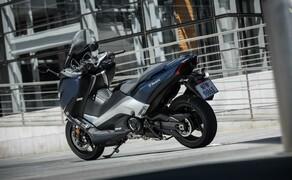 Yamaha TMAX 2017 Test Bild 7 Der Scooter wiegt 216 kg vollgetankt und ist damit um 9 Kilo leichter als das Vorgängermodell.