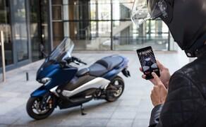 Yamaha TMAX 2017 Test Bild 20 Die My TMAX Connect App ist im Prinzip ein Diebstahlschutz und ein extrem umfangreiches Fahrtenbuch. Eine GSM / GPS Einheit am Fahrzeug sendet Positions- und Bewegungsdaten an die Vodafone Zentrale. Dort ist man wiederrum mit lokalen Polizeibehörden in 44 Ländern in Kontakt. Das System ist im ersten Jahr kostenlos und kostet dann rund 100 Euro / Jahr. Einige Vollkaskoversicherungen bieten bei einem installierten GPS-Tracker jedoch Rabatte auf die Prämienzahlungen an.