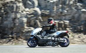 """Yamaha TMAX 2017 Test Bild 6 Im """"S"""" Mode reagiert die neue elektronische YCC-T Drosseklappensteuerung aggressiver auf die Befehle des Gasgriffs und auch das Getriebe geht sportlicher an die Sache ran."""