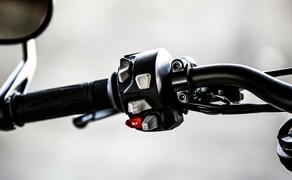 Nakedbike Vergleich - Triumph vs. Yamaha vs. Suzuki Bild 1 Die Kommandozentrale der Street Triple RS wirkt am Foto zwar klein hat es aber in sich. Mittels einer Art Joystick wird das Menü gesteuert und das Motorrad spielt in Sachen Elektronik in der Oberliga mit.