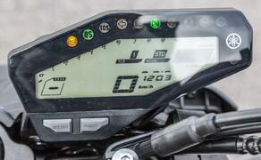 Nakedbike Vergleich - Triumph vs. Yamaha vs. Suzuki Bild 6 Das Cockpit der MT-09 wirkt spartanisch. Die Ridingmodi und die TC-Steuerung hat man aber sehr schnell und effektiv im Griff.