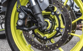 Nakedbike Vergleich - Triumph vs. Yamaha vs. Suzuki Bild 8 Sieht geil aus erfordert aber auch viel Pflege: Die Farbwahl bei den Felgen der MT-09.