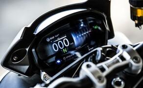 """Nakedbike Vergleich - Triumph vs. Yamaha vs. Suzuki Bild 10 Das 5"""" TFT Display gibt es in der R und in der RS Version der Street Triple."""