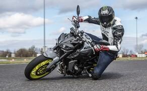 Nakedbike Vergleich - Triumph vs. Yamaha vs. Suzuki Bild 12 Auch wenn das Display weniger Unterhaltung bietet, hat man im Sattel der MT-09 mindestens gleich viel Spaß. Sie wirkt unvernünftiger und verspielter.