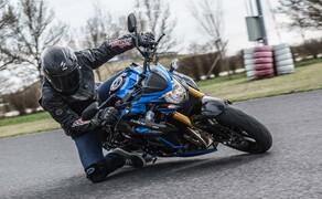 Nakedbike Vergleich - Triumph vs. Yamaha vs. Suzuki Bild 13 Die Suzuki liebt die klassische Sitzposition mit leichtem Hangoff. Sie fährt stabil und schenkt viel Vertrauen.