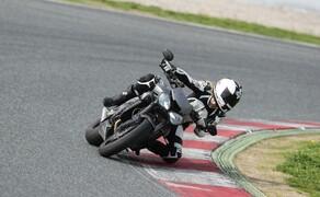 Nakedbike Vergleich - Triumph vs. Yamaha vs. Suzuki Bild 14 Die Street Triple RS ist leicht aber nicht radikal handlich. Sie überrascht durch ein hohes Maß an Stabilität und ist dadurch sauschnell.
