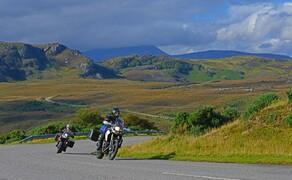 Motorradfahren in Schottland mit Feelgood-Reisen Bild 1 Falsche Seite? In Schottland gewöhnst du dich schnell an den Linksverkehr. In den Highlands ganz im Norden ist eh nicht viel Verkehr. © Feelgood Reisen