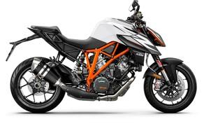 """Motorrad Neuheiten 2019 Bild 10 Während die verkleidete Schwester Super Duke GT ein umfangreiches Update bekommt, bleibt das sportliche Naked Bike Super Duke R für 2019 technisch unverändert. Um ihr für die kommende Saison frischen Wind einzuhauchen, bietet KTM zwei neue Grafikkits für die 1290 Super Duke R an. Alle Bilder zur neuen <a href=""""/modellnews-3004916-ktm-1290-super-duke-r-2019"""">KTM 1290 Super Duke R</a>."""