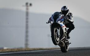 """Motorrad Neuheiten 2019 Bild 13 BMW Motorrad präsentiert auf der EICMA in Mailand die neue S 1000 RR. Sowohl Motor als auch Fahrwerk wurden neu entwickelt und glänzen mit neuen Fakten und Daten. Die Motorleistung wurde um 8 PS gesteigert (207 PS) und das Gewicht wurde von 208 kg auf 197 kg reduziert. Wählt man aus dem Zubehörprogramm das M Paket inklusive Carbonräder kommt man sogar auf 193.5 kg. Laut BMW Unterlagen soll die neue S 1000 RR der alten S 1000 RR auf den Teststrecken um mindestens eine Sekunde überlegen sein. Alle Daten und Fakten zur <a href=""""/modellnews-3005028-bmw-s-1000-rr-2019"""">neuen BMW S 1000 RR</a>."""