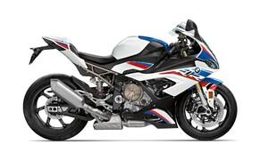 """Motorrad Neuheiten 2019 Bild 12 BMW Motorrad präsentiert auf der EICMA in Mailand die neue S 1000 RR. Sowohl Motor als auch Fahrwerk wurden neu entwickelt und glänzen mit neuen Fakten und Daten. Die Motorleistung wurde um 8 PS gesteigert (207 PS) und das Gewicht wurde von 208 kg auf 197 kg reduziert. Wählt man aus dem Zubehörprogramm das M Paket inklusive Carbonräder kommt man sogar auf 193.5 kg. Laut BMW Unterlagen soll die neue S 1000 RR der alten S 1000 RR auf den Teststrecken um mindestens eine Sekunde überlegen sein. Alle Daten und Fakten zur <a href=""""/modellnews-3005028-bmw-s-1000-rr-2019"""">neuen BMW S 1000 RR</a>."""