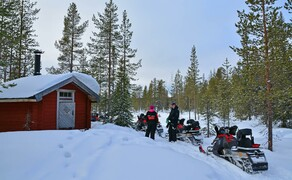Motorschlitten-Wochenende in Finnland Bild 5 Pausenstopp an finnischer Waldhütte © Feelgood Reisen