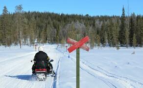 Motorschlitten-Wochenende in Finnland Bild 6 Markierungen für Motorschlittenfahrer und Skiläufer © Feelgood Reisen