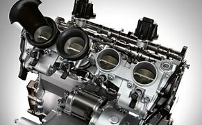 BMW S 1000 RR 2019 Bild 19 So erfolgt der Antrieb der Nockenwellen jetzt direkt von der Kurbelwelle aus und es konnte auf das bisherige Zwischenrad verzichtet werden. Das Vorgelege zur Drehzahlhalbierung befindet sich nun direkt im Zylinderkopf. Außerdem wurden Öl- und Wasserpumpe zu einem kompakten Modul zusammengefasst. Dies lässt den neuen Motor noch aufgeräumter erscheinen.