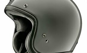 Helmneuheiten 2019  Bild 5 Der neue Arai Urban-V vereint das Design und den Stil eines Vintage-Helms mit dem Schutz, den man von Arai Produkten gewohnt ist. Auf die Optik wurde großen Wert gelegt, weshalb Leder-Oberflächen mit sichtbaren Nähten Verwendung finden und das Innenfutter klassisch bestickt wurde.