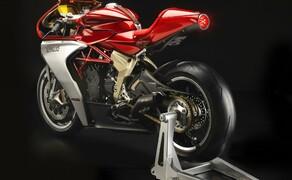 """Top 5 Motorradneuheiten 2019 von Vauli Bild 3 Supersportler sind zielgerichtete Kampfmaschinen, deren Komponenten bis zur letzten Schraube nur eines wollen: Schnelle Rundenzeiten. Der Ausdruck """"Form follows Function"""" passt da eigentlich ausgezeichnet. Umso beeindruckender, wenn es die Designer dann auch noch schaffen, die Funktionalität der Verkleidung in eine wunderschöne Form zu bringen – wie bei der MV Agusta Superveloce 800. Für mich persönlich das schönste Motorrad, das auf den heurigen Messen INTERMOT und EICMA präsentiert wurde. Das darunter die Technik der potenten F3 800 steckt, ist zwar beruhigend, aber doch nur Nebensache bei dieser atemberaubenden Schönheit. Keine Ahnung, ob die Superveloce 800 tatsächlich in Serie gebaut wird, mir reicht sie vorerst als Bildschirm-Hintergrund…"""