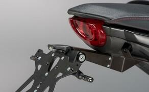 Lightech Zubehör für die Honda CB1000R Bild 1 Der LighTech Kennzeichenhalter inkl. Kennzeichenleuchte und Rückstrahler (120,00 €) ist der erste Schritt zur Aufwertung der CB1000R. Passend dazu gibt es die Lauflichtblinker nach dem Vorbild der Automobilbranche (59,00 €).