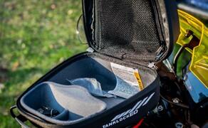 KTM 790 DunlopDuke Touring Ausbau Bild 5 Die Platzverhältnisse sind genau richtig für unsere Anforderungen. Sonnenbrille, GoPros, Kamera und diverse Kleinteile passen in den absperrbaren Tankrucksack. Perfekt!